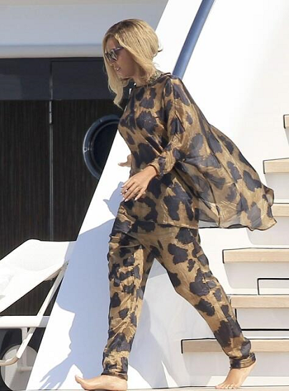 Beyonce_32nd_Birthday_Black_Gold_Pajama_Outfit