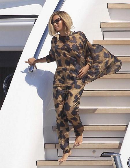 Beyonce_32nd_Birthday_Black_Gold_Pajamas
